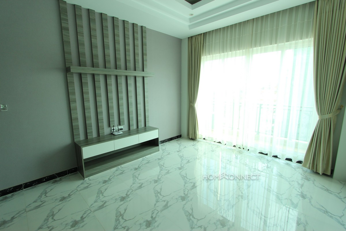 Modern 1 bedroom apartment close to Russian market